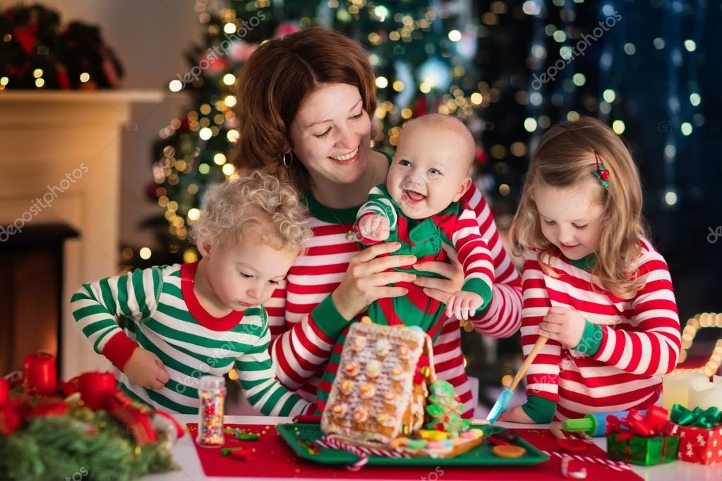 Moeder en kids maken van gember brood huis op Kerstmis — Stockfoto ...