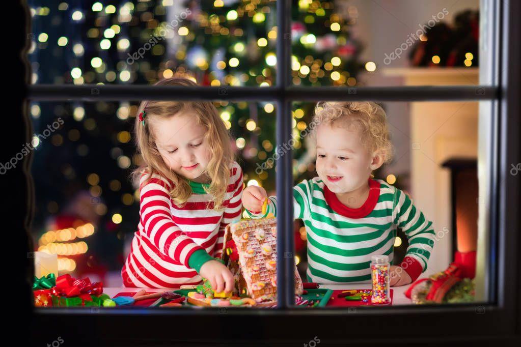 Kinderen maken Kerst gember brood huis — Stockfoto © FamVeldman ...