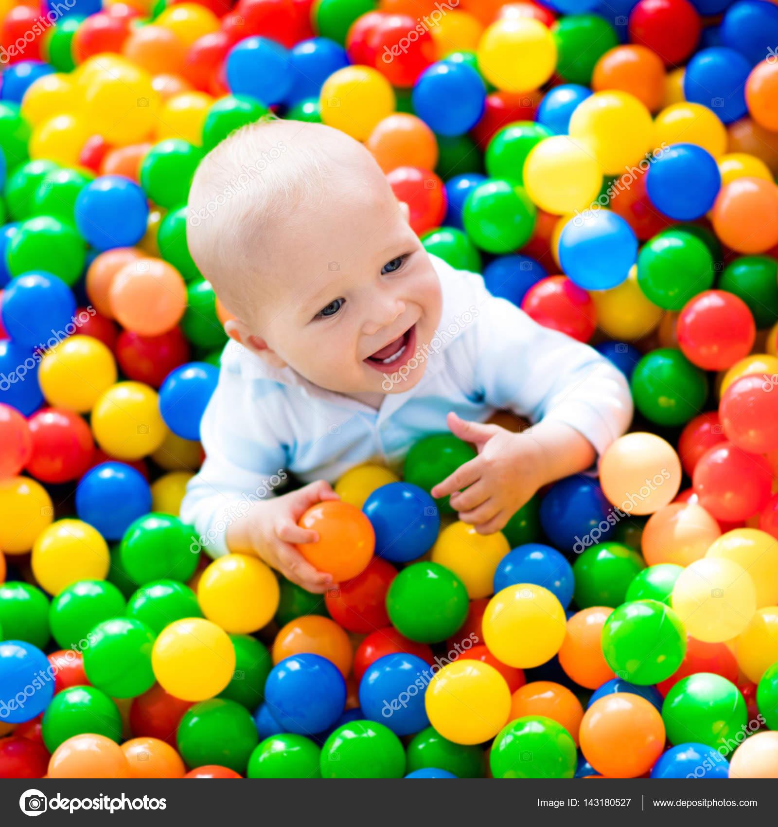 Crian a brincando na piscina de bolas no playground indoor for Piscina de bolas para bebes