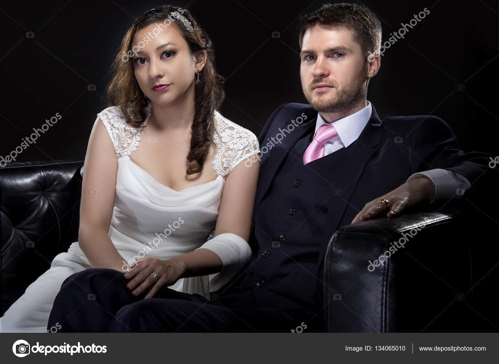 pareja modelos de vestido de novia y traje de boda con estilo u foto de stock