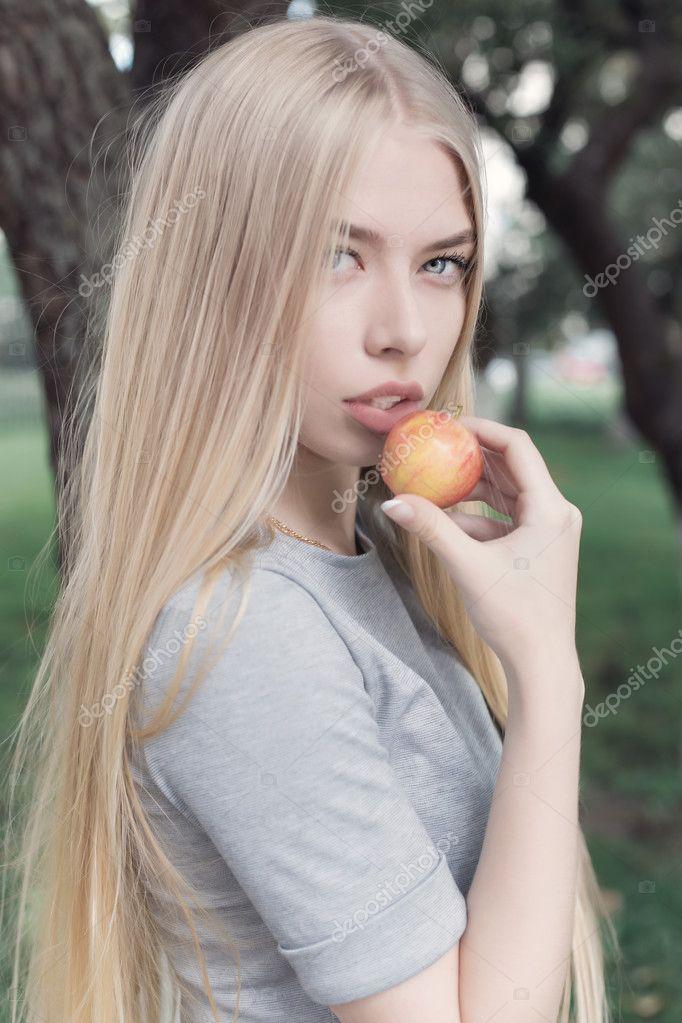 Нежная милая девушка фото