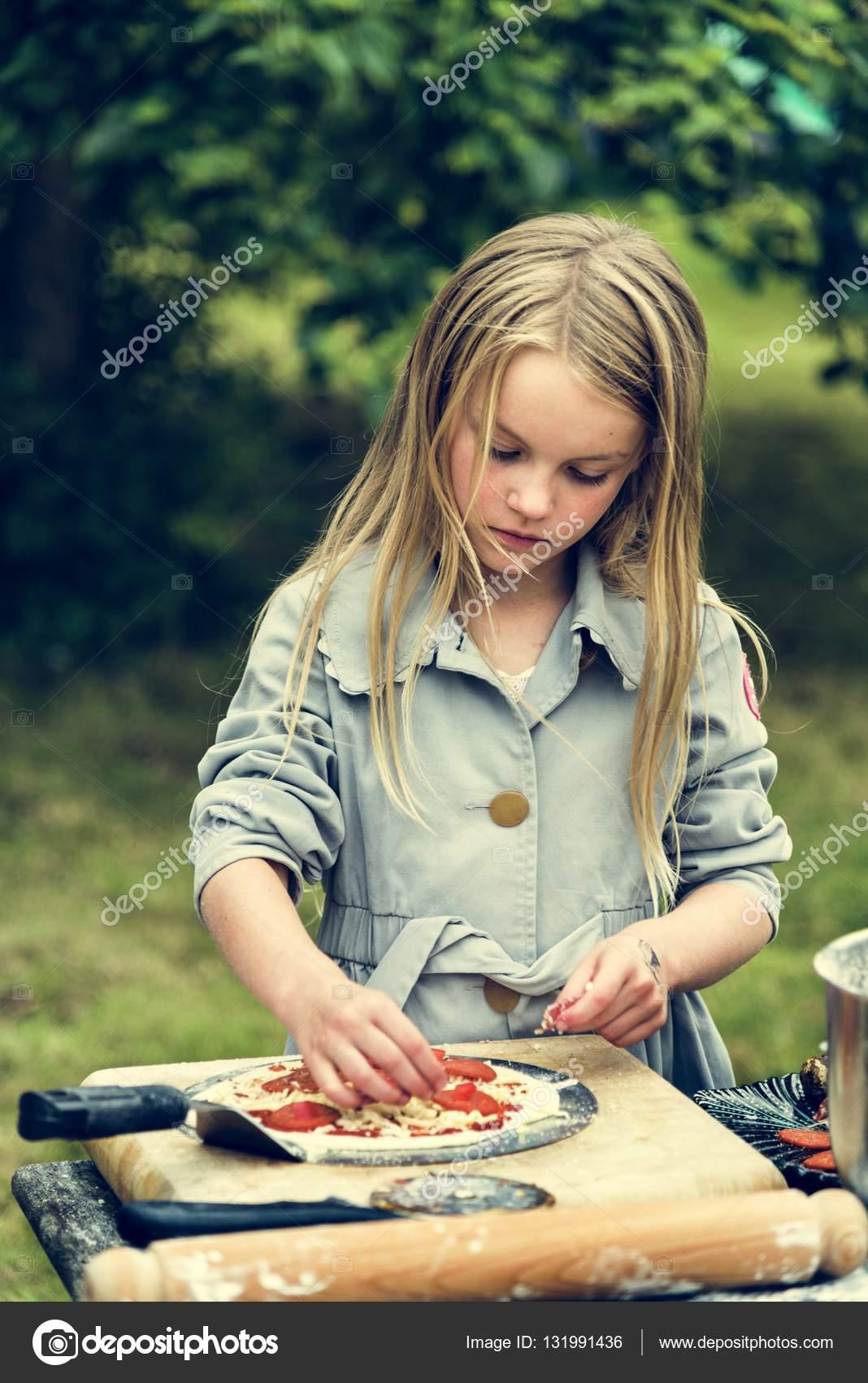 malé dívky Krásné malé dívky vaření pizzu Outdoor — Fotografie od Rawpixel