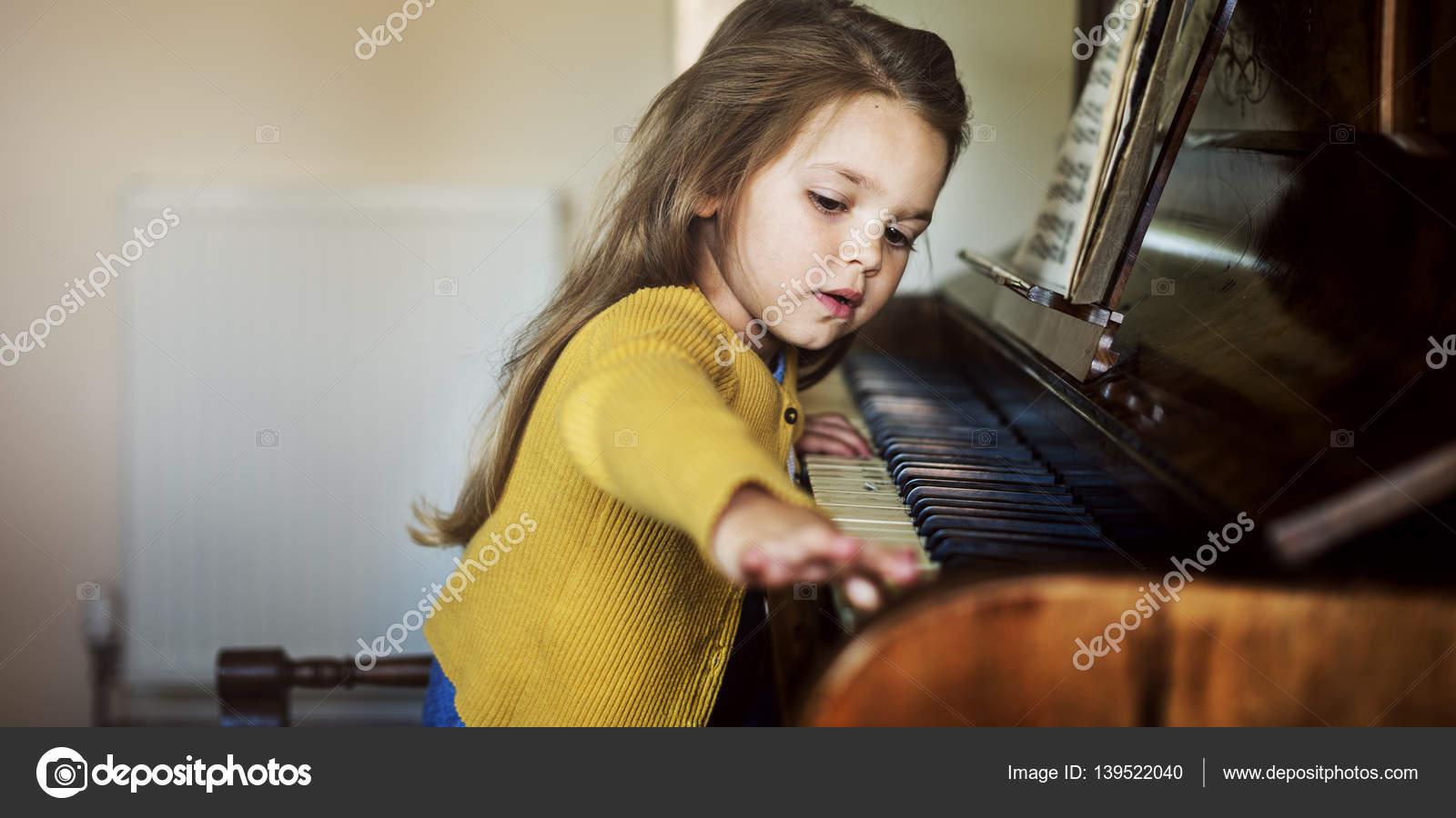 Ребенок за фортепиано фото