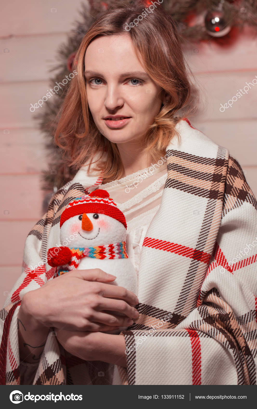 neue jahr junges mdchen mit urlaubsstimmung in weihnachten interieur mit baum und lustige dekorative spielwaren