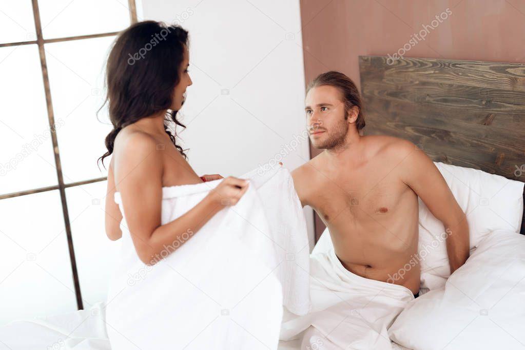 Русская пара занимается сексом на кроватке