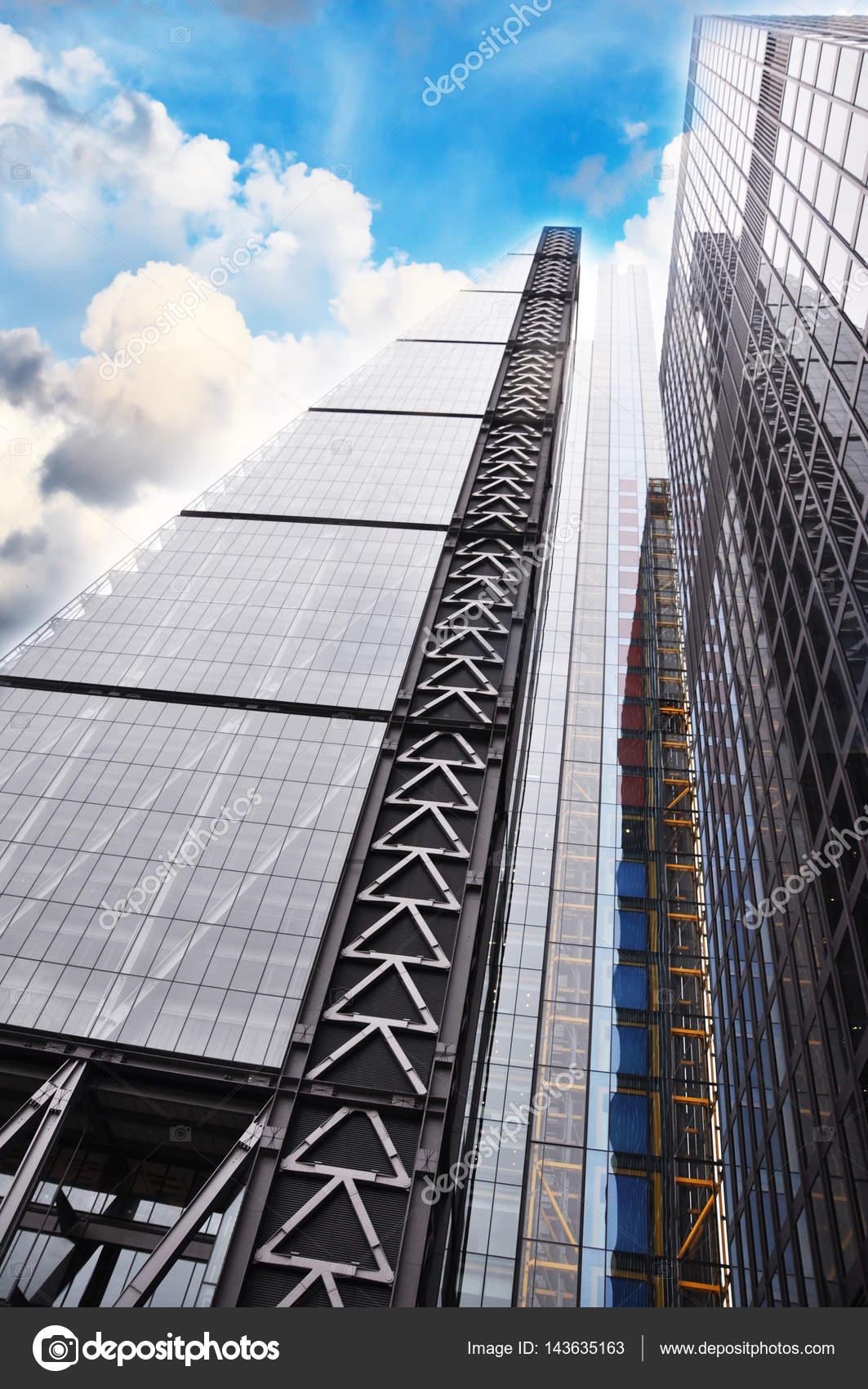alto rascacielos en manhattan new york con cielo azul y nubes u imagen de stock
