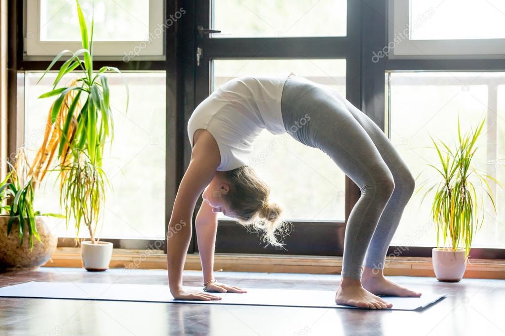 In Voller Lnge Portrait Schne Junge Frau Arbeiten Von Zuhause Im Wohnzimmer Yoga Oder Pilates Bung Auf Matte Brcke Pose Urdhva Dhanurasana Nach Oben