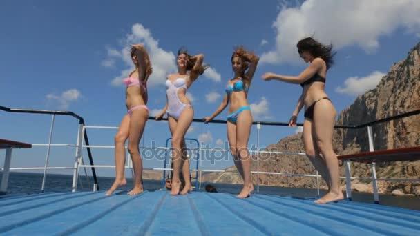 Видеоролики с девчонки в бикини и все видно фото 601-285
