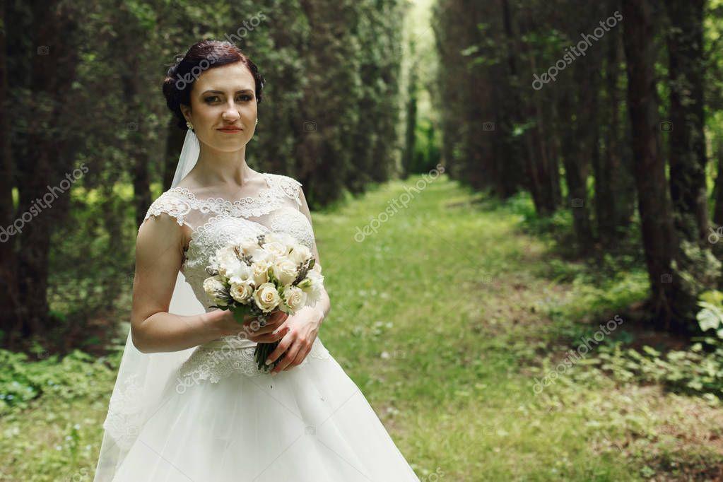невеста позирует фото