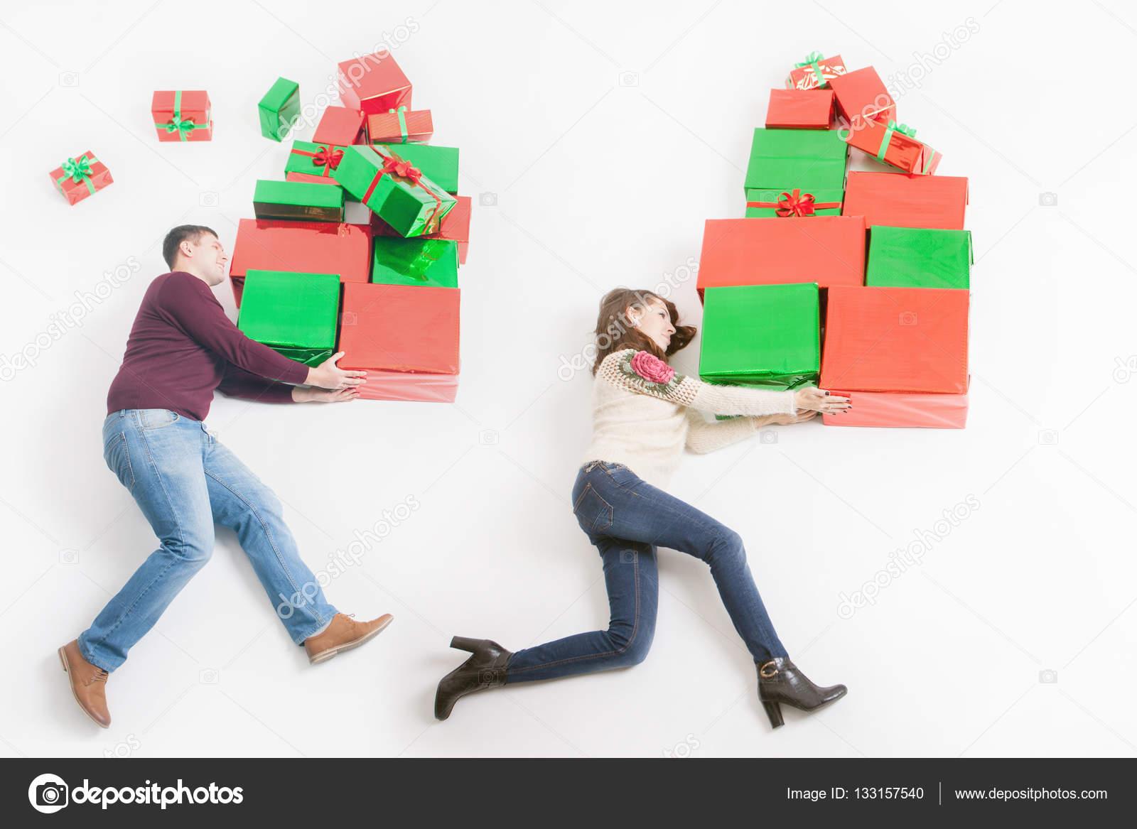 el viernes negro en estados unidos divertido compradores madre y padre que muchas cajas de regalo para los nios y correr gran regalo caja navidad