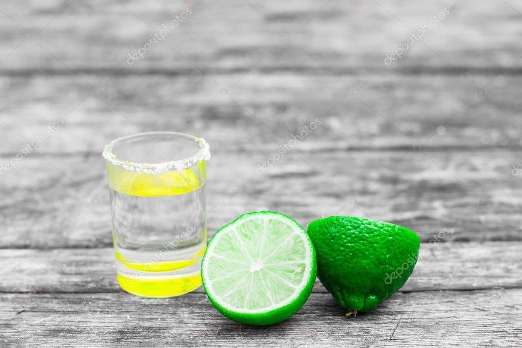 Tirado gafas con oro tequila mexicano con rodajas de limón y sal ...