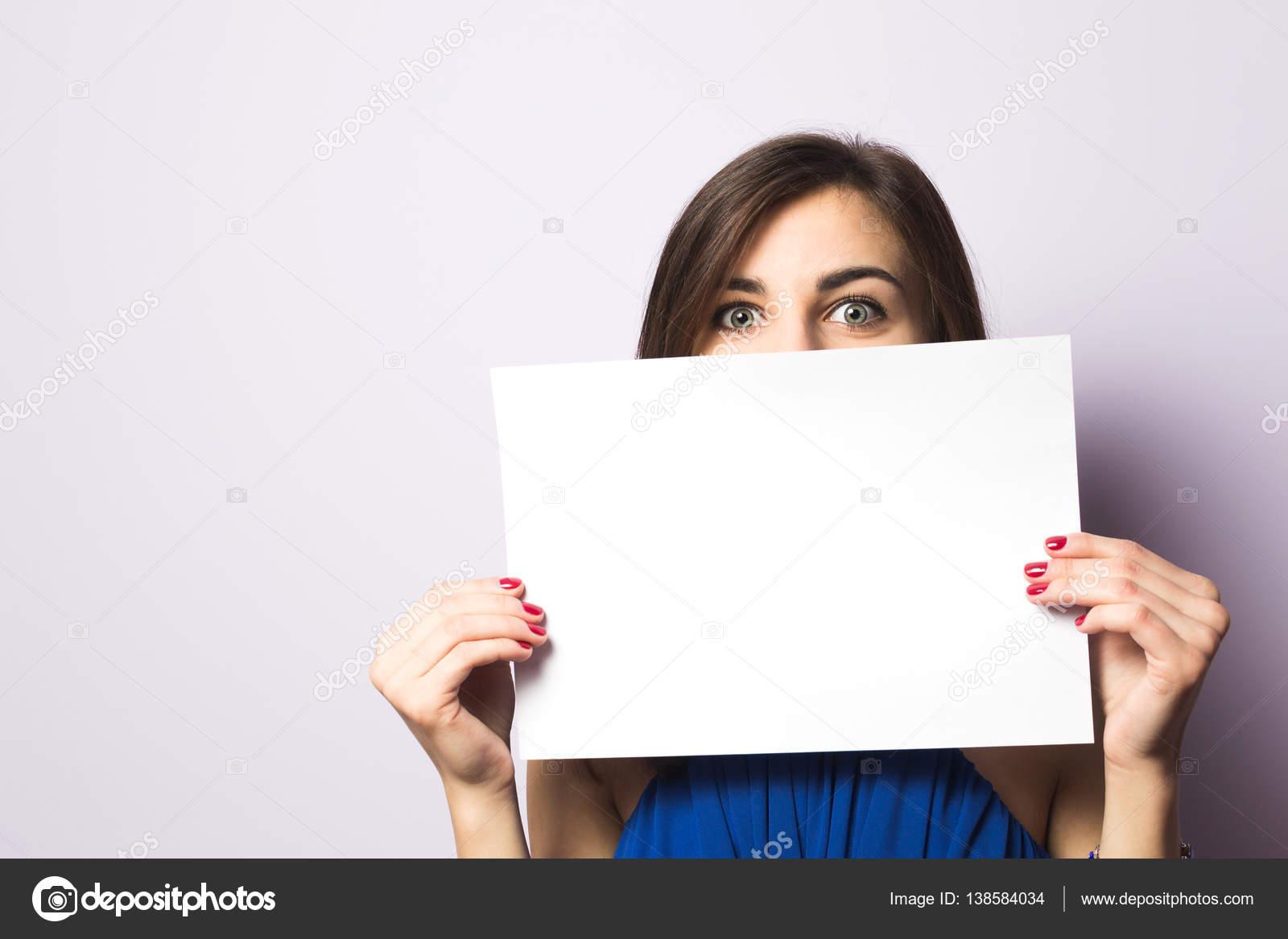 Девушки с листом бумаги в руках с надписью
