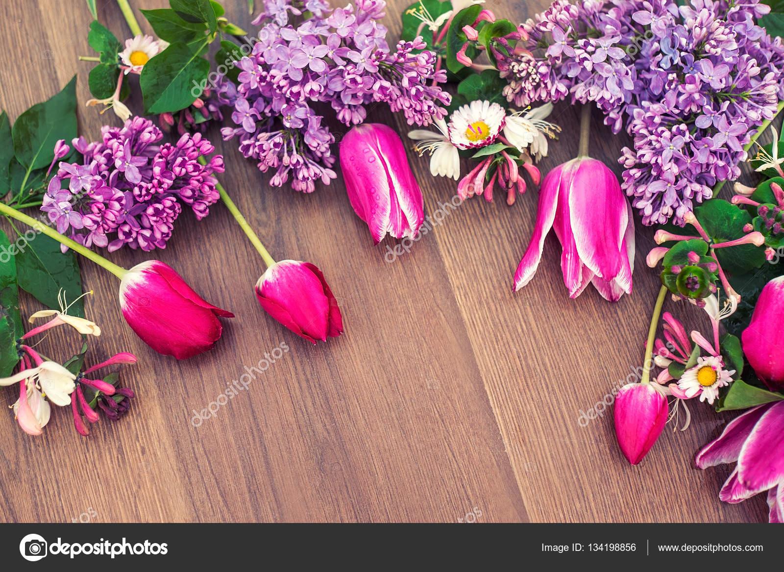 Flores Lilas Con Rosas Sobre Fondo: Flores Sobre Un Fondo De Madera. Un Regalo De Primavera