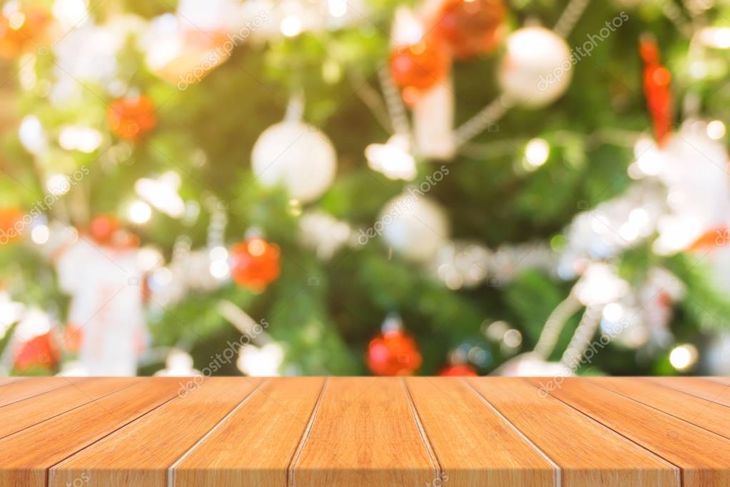 Tablero de madera vacía mesa en de fondo borroso. tabla madera ...