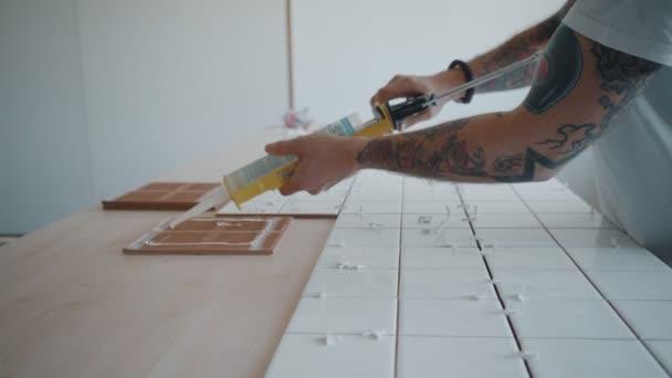 Tattooed man geldt keramische tegels voor de keuken tafel set ...