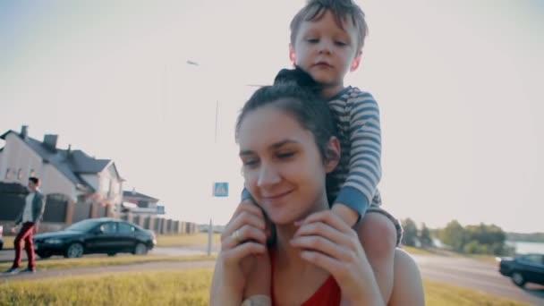 Видео мальчишка и женщина фото 455-363