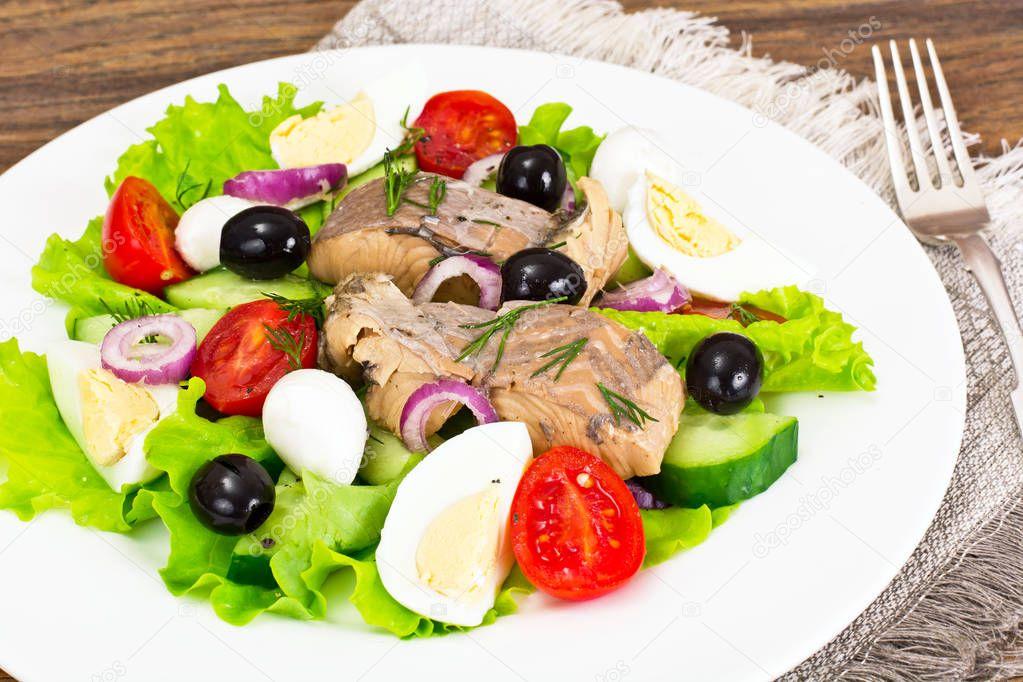 Салат с листовым салатом и тунцом