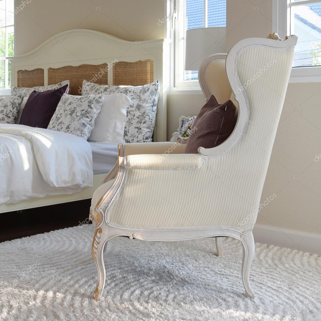 Klassiska stolar med brun kudde på mattan i vintage stil sovrum ...