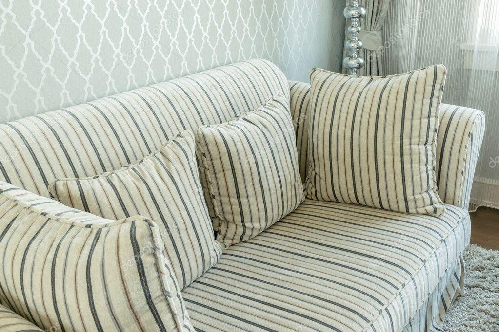 Elegant woonkamer interieur met gestreepte patroon kussens op de ...
