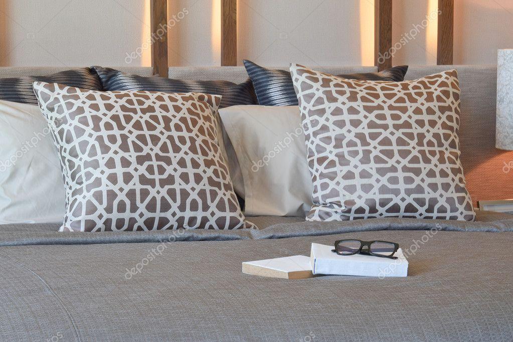 diseo de interiores de dormitorio elegante con libros sobre la cama y almohadas marrones u foto