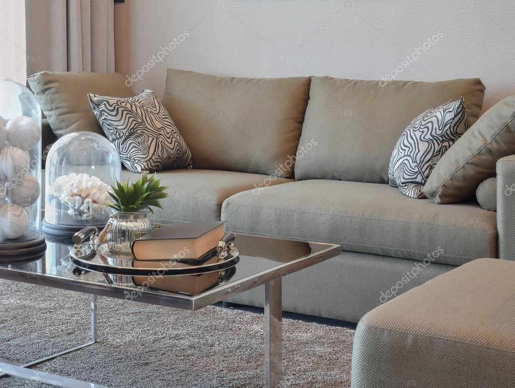 comfortabele fluwelen sofa met grijs gestreepte kussens in moderne, Meubels Ideeën