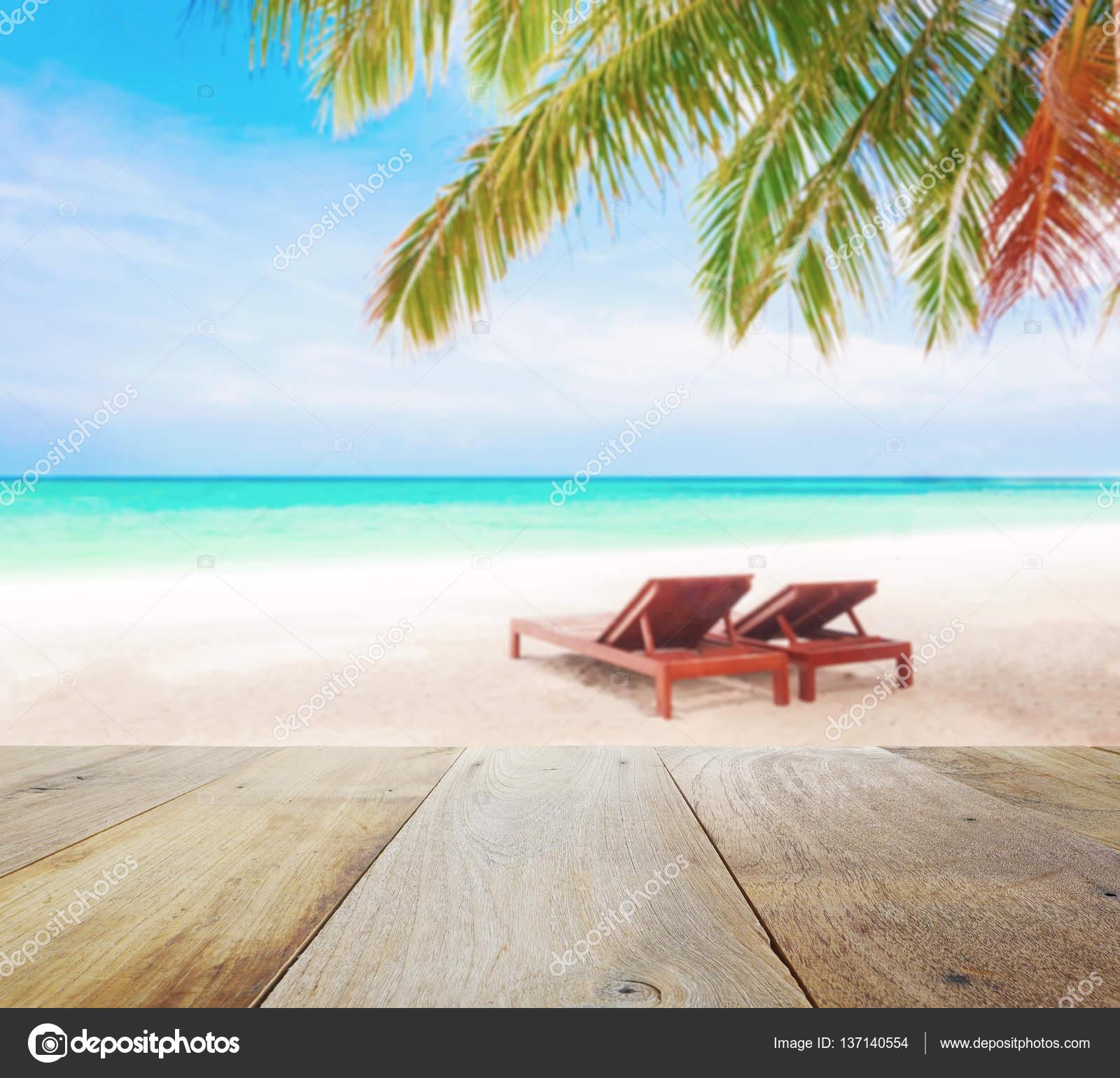 Madera mesa de desenfoque de fondo de la playa con sillas - Silla para la playa ...