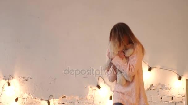 видео блондинка в своей комнате