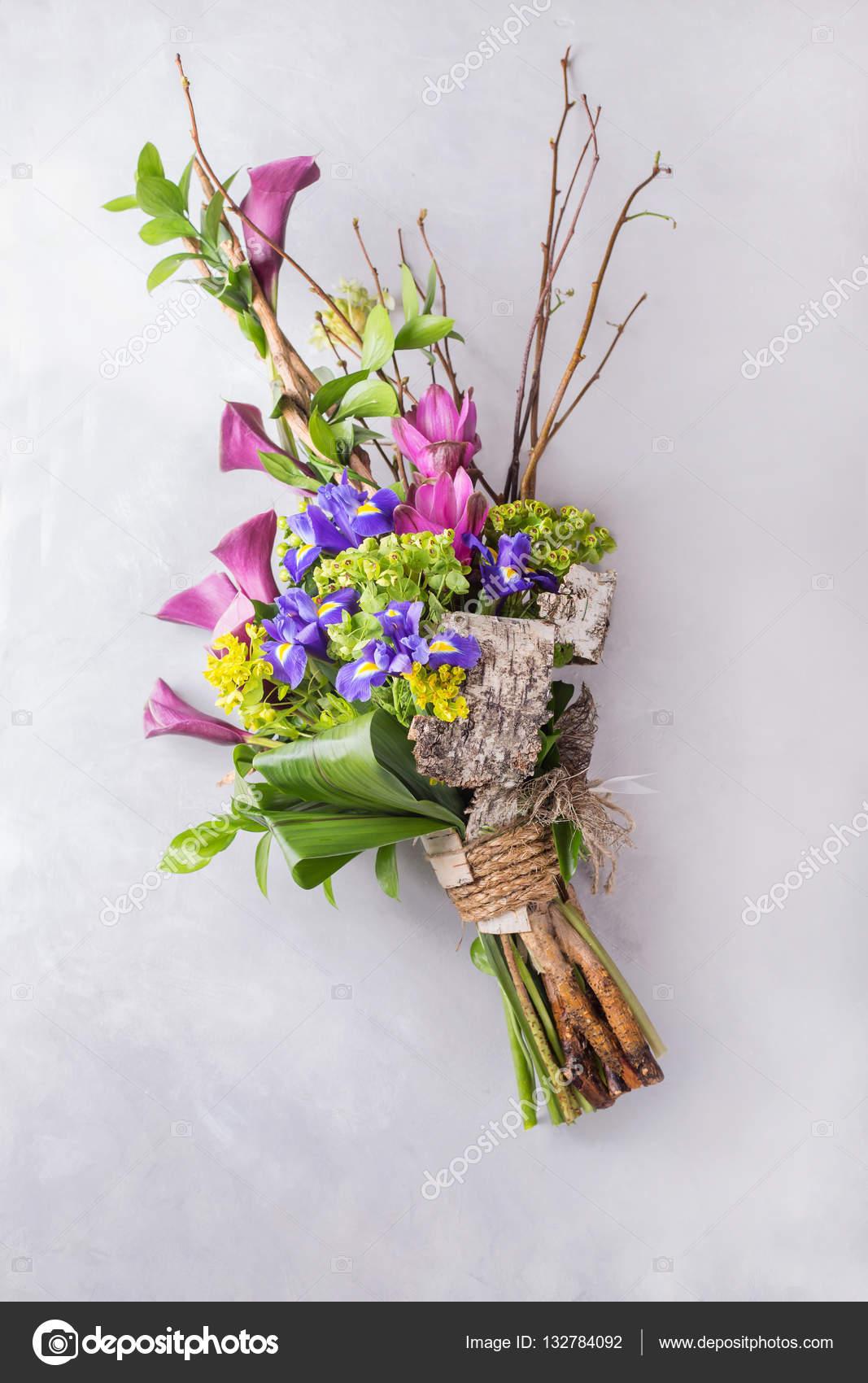 Mazzo variopinto creativo di iris e rami di orchidea e in for Mazzo per esterni in legno