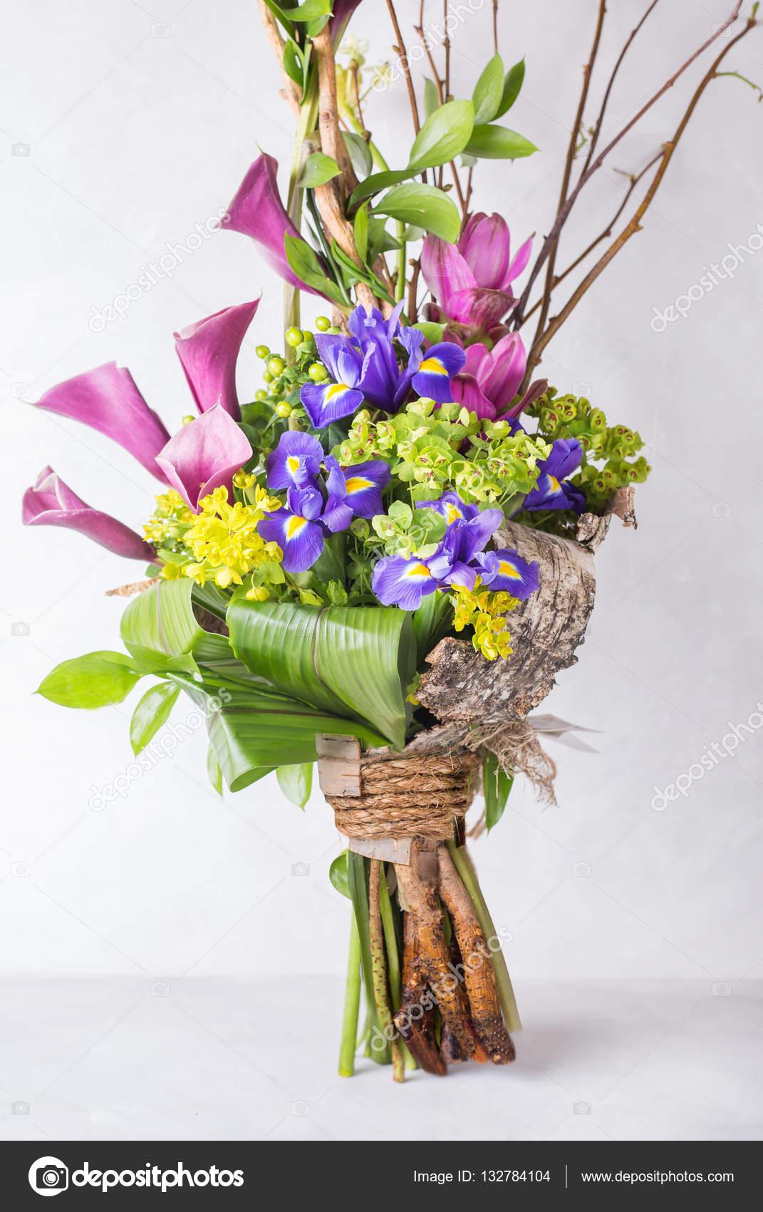 creative olorful bouquet d iris et branches d orchid es et en bois nature morte avec fleurs. Black Bedroom Furniture Sets. Home Design Ideas