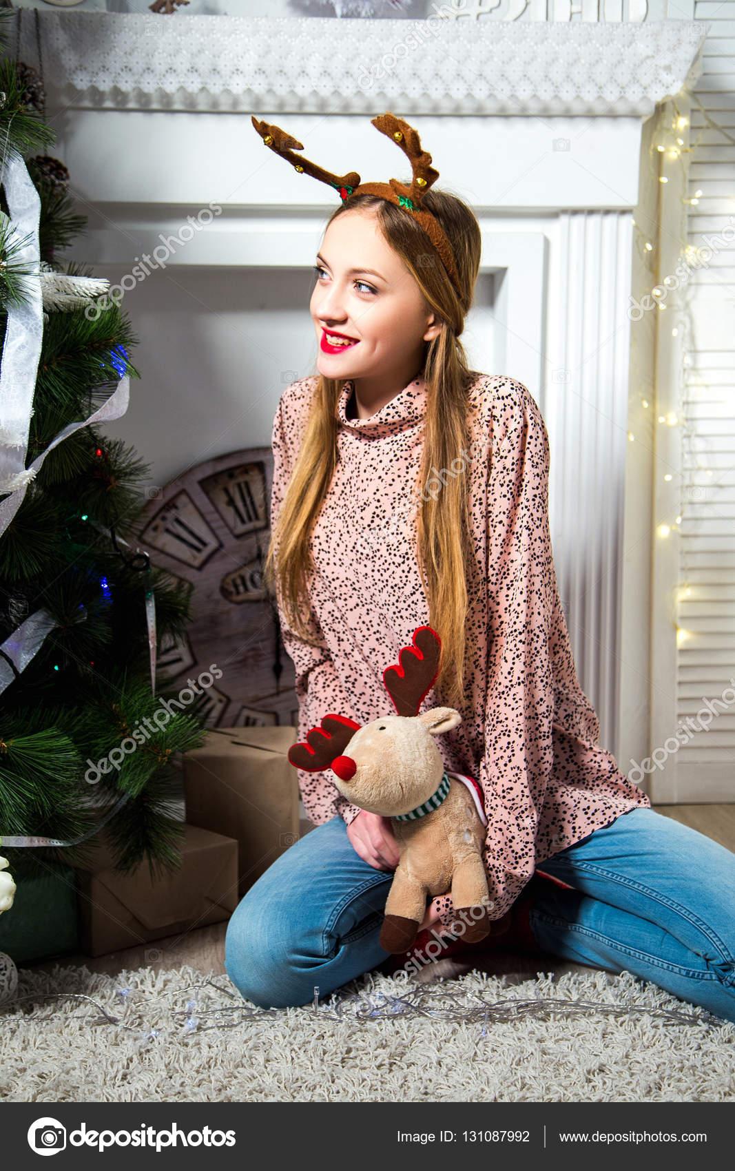 Фото девушка красивая с игрушками