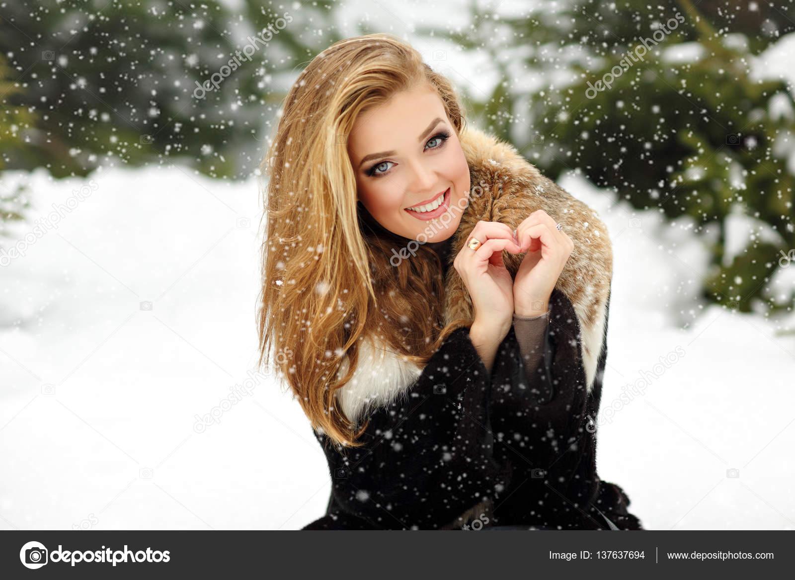 Очень красивая девушка в шубке