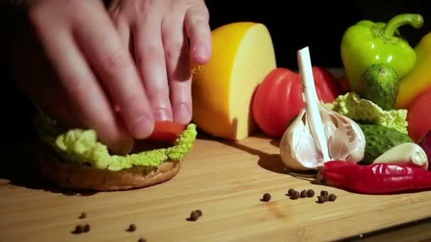 cucinare un hamburger al ristorante video stock 125005636