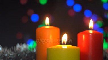 soplar velas de navidad en un abstracto fondo bokeh guirnaldas u vdeos de stock