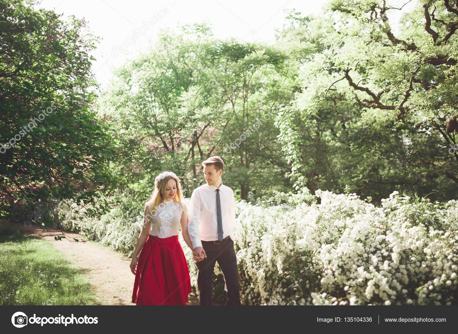 Elegante hermosa boda feliz pareja bes ndose y abraz ndose for Boda en jardin botanico