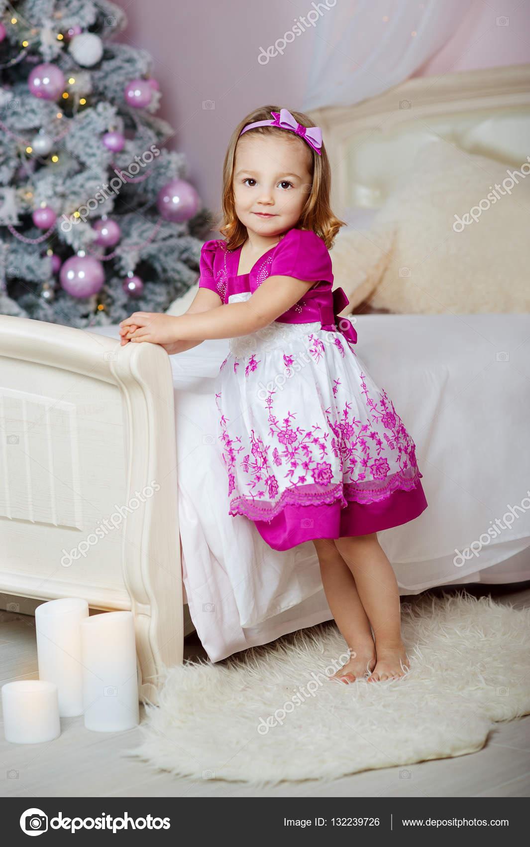 Девочка в розовом платье
