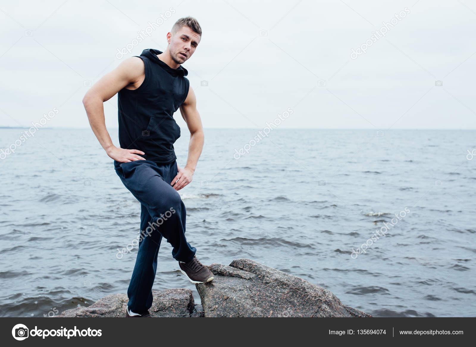 Fotos En La Playa Hombre: Fuerte Yang Fitness Hombre Poses En La Playa Cerca Del Mar