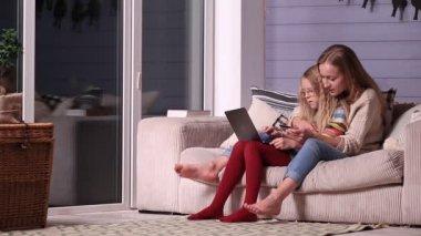 видео дочь и мать онлайн