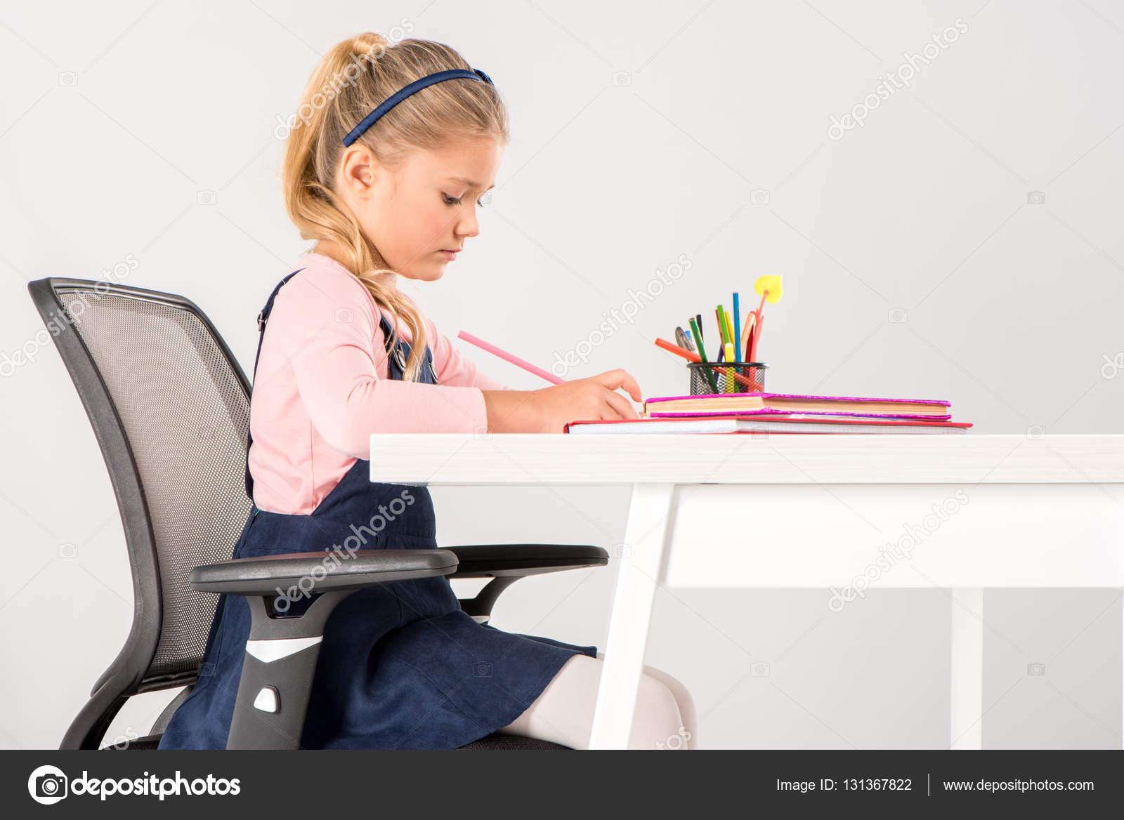 Под столом школьница 4 фотография