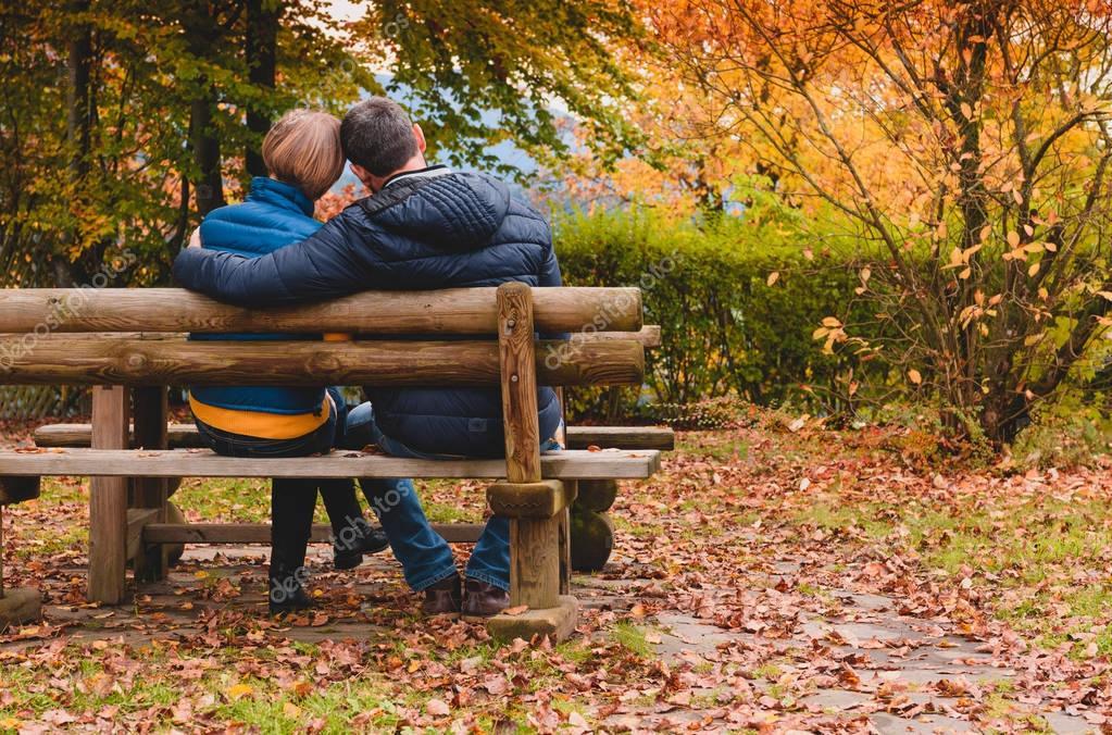 Joven Abrazando A Pareja En El Amor Sentado En Una Banca