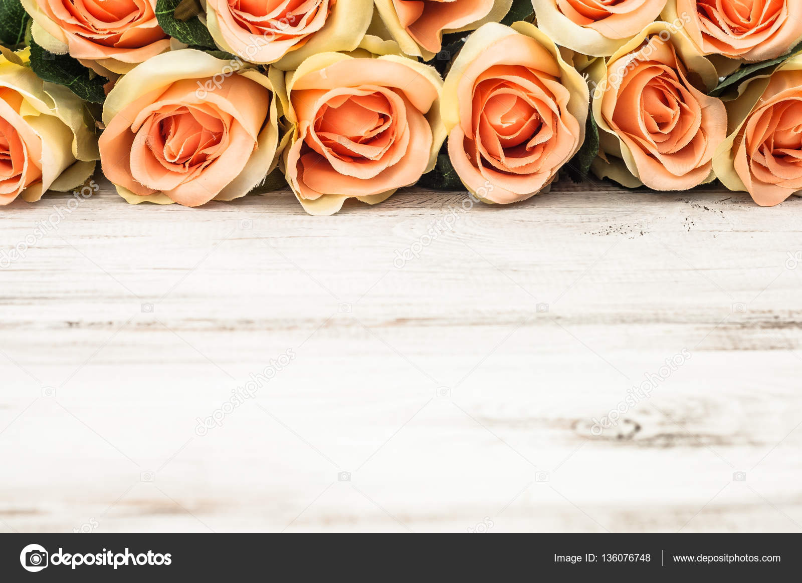 Rosas Sobre Fondo Blanco De Madera, Marco De Flores Para