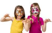 Dvě malé holčičky s malovanými obličeji
