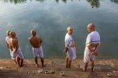 Hinduistické piligrims stojící na břehu