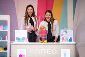 Dvě hostesky prezentovat Foreo Luna mini obličejové čistící kartáče