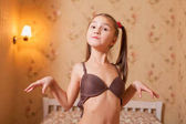 Malá dívka nosí podprsenku