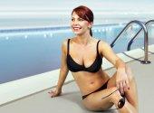 šťastná žena v plavkách relaxační