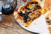 Pizza s rajčaty, sýrem a olivami