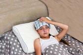 Mädchen mit Hitzschlag im Bett liegend