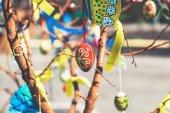 Skupina malovaná velikonoční vajíčka na větev stromu
