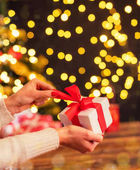 Részlet a nő kezét megnyitása a karácsonyi ajándék