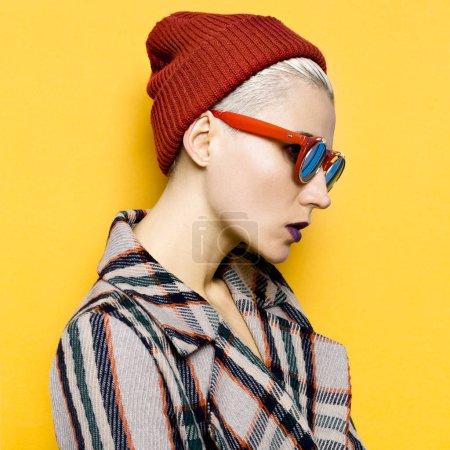 秋冬季时髦风格。时尚的女孩,在配件帽子